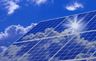 Solar-panels-in-sun-with-blue-sky